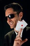 Jeune joueur chanceux avec des cartes Photographie stock