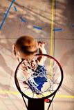 Jeune joueur de basket jouant avec de l'énergie Photos stock
