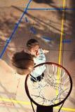 Jeune joueur de basket jouant avec de l'énergie Photos libres de droits