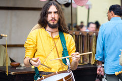 Jeune joueur de cornemuse dans les costumes médiévaux photo stock