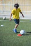 Jeune joueur de football dans une formation Photographie stock libre de droits