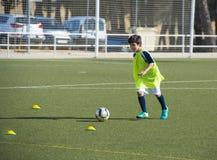 Jeune joueur de football dans une formation Photographie stock