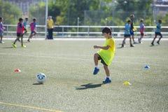 Jeune joueur de football dans une formation Photo stock