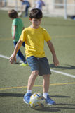 Jeune joueur de football dans une formation Photo libre de droits