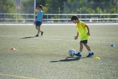Jeune joueur de football dans une formation Photos stock