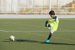 Jeune joueur de football dans une formation Images libres de droits