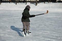 Jeune joueur de glace-hockey Images libres de droits