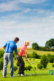 Jeune joueur de golf féminin sur le cours Photos libres de droits