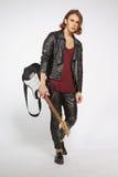 Jeune joueur de guitare d'isolement sur le gris Images libres de droits