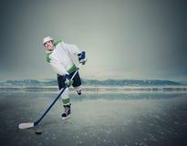 Jeune joueur de hockey expressif sur la glace Photographie stock