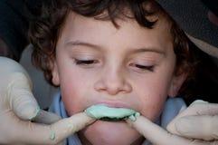 Jeune joueur de rugby ayant un moule pris pour un protège-dents Photographie stock libre de droits