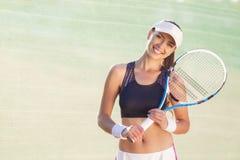 Jeune joueur de tennis féminin caucasien heureux photo stock