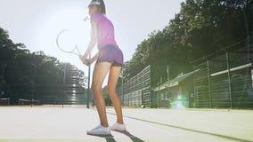 Jeune joueur de tennis féminin se concentrant et se concentrant sur son jeu d'avant-main clips vidéos