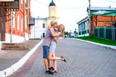 Jeune jour d'été de couples dans le baiser de ville avec l'événement de famille de concept d'amour, les relations Mode de vie dan Photographie stock libre de droits
