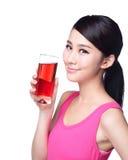 Jeune jus heureux de boissons de femme images stock