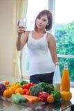 Jeune lait boisson asiatique de femme Photo stock