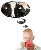 Jeune lait de consommation caucasien d'homme. Photo stock