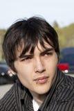Jeune languette piercing de l'adolescence de verticale extérieure d'homme Photo stock