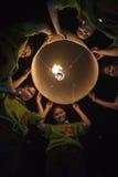 Jeune lanterne de lancement de ciel de personnes thaïlandaises Photographie stock