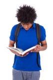 Jeune lecture adolescente noire d'hommes d'étudiant livres - personnes africaines photographie stock