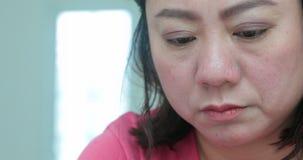 Jeune lecture asiatique de femme, écriture et concept parlant banque de vidéos