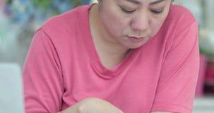 Jeune lecture asiatique de femme, écriture et concept parlant clips vidéos