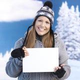 Jeune lettre femelle de fixation à disposition souriant Images stock
