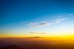 Jeune liberté sur le paysage de crête de montagne Photo stock