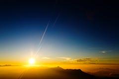 Jeune liberté sur le paysage de crête de montagne Images stock