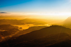 Jeune liberté sur le paysage de crête de montagne Image libre de droits