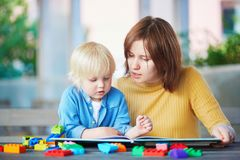 Jeune livre de lecture de mère à son fils photographie stock libre de droits