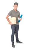Jeune livreur de sourire tenant un cardbox Photographie stock libre de droits