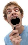 Jeune loupe adulte de fixation d'homme à dire du bout des lèvres Photo stock