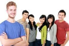 Jeune mâle asiatique avec son ami au fond Images stock