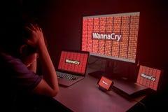 Jeune mâle asiatique frustré par attaque de ransomware de WannaCry photo stock
