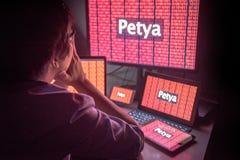 Jeune mâle asiatique frustré par attaque de ransomware de Petrwrap Images stock