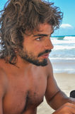 Jeune mâle avec de longs cheveux et barbe, latino-américains, plage du Brésil Images stock