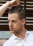 Jeune mâle caucasien obtenant ses cheveux dénommés photographie stock