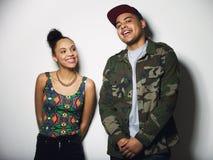 Jeune mâle gai et sourire femelle de modèles Photographie stock libre de droits
