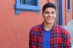 Jeune mâle hispanique beau souriant dehors photo libre de droits