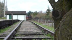 Jeune mâle seul sur la plate-forme ferroviaire clips vidéos