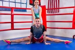 Jeune mâle sportif faisant une fente dans les vêtements de sport dans la boxe régulière Photo stock