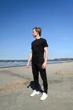 Jeune mâle sur la plage Photographie stock libre de droits