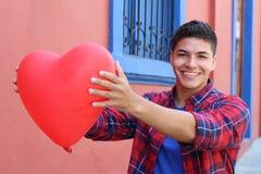 Jeune mâle tenant un coeur image stock