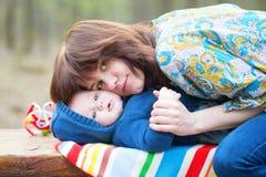 Jeune mère étreignant son fils de bébé de 4 mois images stock