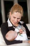 Jeune mère alimentant son enfant Photo libre de droits