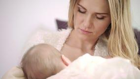 Jeune mère allaitant au sein l'enfant nouveau-né Appréciez la maternité banque de vidéos