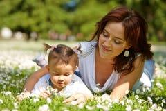 Jeune mère attirante avec son bébé image stock