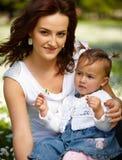 Jeune mère attirante avec son bébé images libres de droits