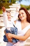 Jeune mère attirante avec son bébé images stock